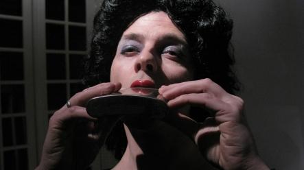 """Performance en la muestra """"Objetos perdidos"""" en Mark Morgan Perez Garage. 2009. Fotos: Mariana Rocco-Paulo Fast-Victoria Sánchez Naughton-Luna Paiva"""